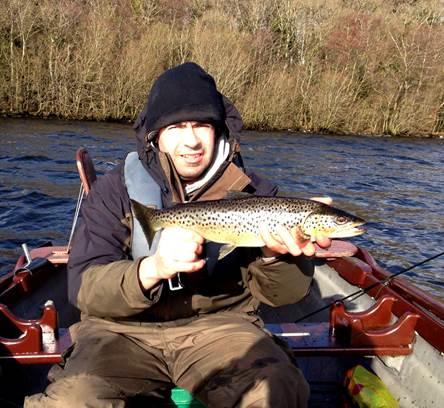Thomas Lynch, Kilnaleck met een van de twee forellen die hij op de eerste dag wist te landen – 'de moeite waard van het vissen in de koude en de sneeuw'.