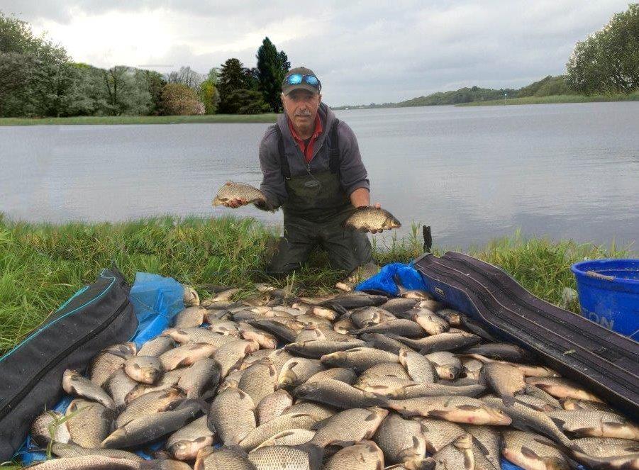 Howard op de foto met een gedeelte van de gezamenlijke vangst van ruim 180 pond.