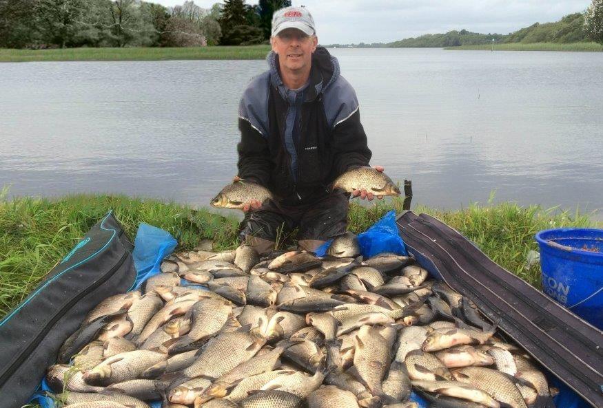 Nigel op de foto met een schitterende vangst aan hybriden.