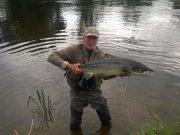 Owen Jackman met zijn PB Suir zalm, een ruim 27 pond zware vis die hem de Vangst van de Week oplevert.