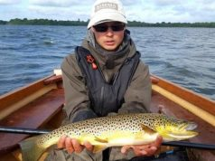 Christopher Defillon met zijn Vangst van de Week, een prachtige, ruim zes pond zware forel die weer teruggezet is.