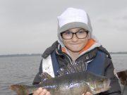 'Vangst van de Week' winnaar Jules Traineau met zijn schitterende baars.
