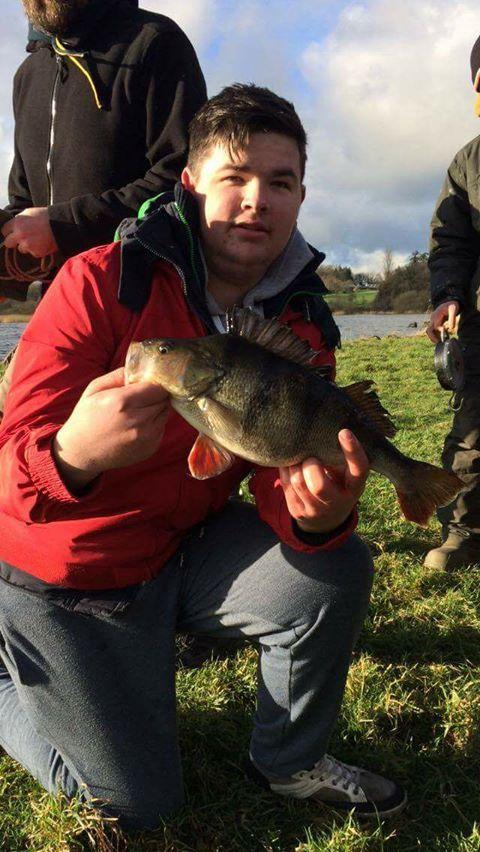 Adam wint de Vangst van de Week met een bijna twee pond zware baars.