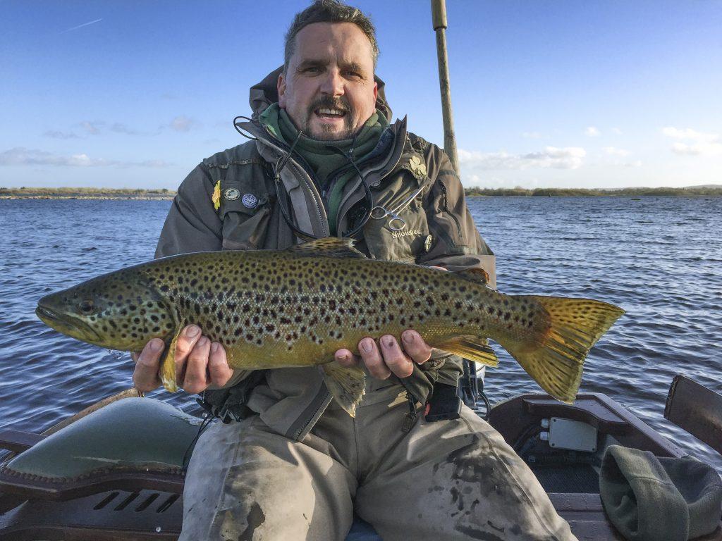 Andrew Boyd met een prachtige, bijna vijf pond zware Corrib forel – de Vangst van de Week winnaar.