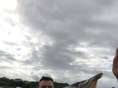 Tom Pagz met een 114 cm lange snoek die hij gevangen heeft met Cedric Charpentier op 3 juli. Deze prachtige vis levert hem de Vangst van de Week op.