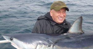 Henry Kelly met zijn makreelhaai – de Vangst van de Week. #CPRsavesfish