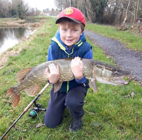 Eoin Conway met zijn snoek van 14,5 pond zwaar van het Royal Canal, deze mooie vis levert Eoin de Vangst van de Week op.