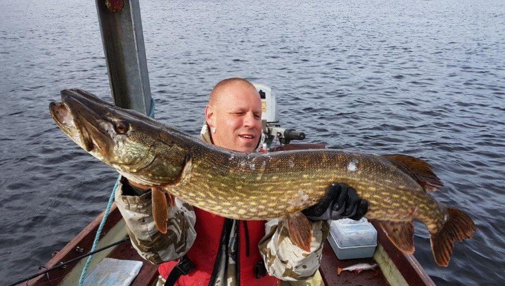 Rene Bieniek met een schitterende vis van 106 cm, de winnaar van de Vangst van de Week.