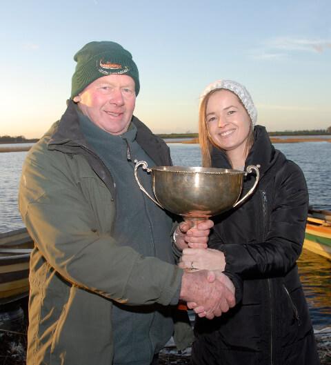 Liam Gilsenan, winnaar van de Moffat Cup 2017, krijgt de trofee overhandigd door Tanyway Breslin, dochter van Philip Moffat.