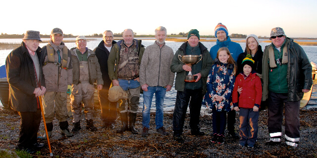 De deelnemers aan de Philip Moffat Memorial Cup met leden van de Moffat-familie.