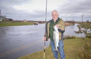 Foto: Bill Likely met zijn prachtige zalm die pas de rivier op gezwommen was.