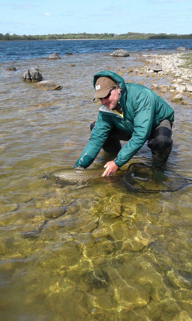En daar zwemt ze weer weg, Bob Clark zet de vis van zijn leven terug. #cprsavesfish