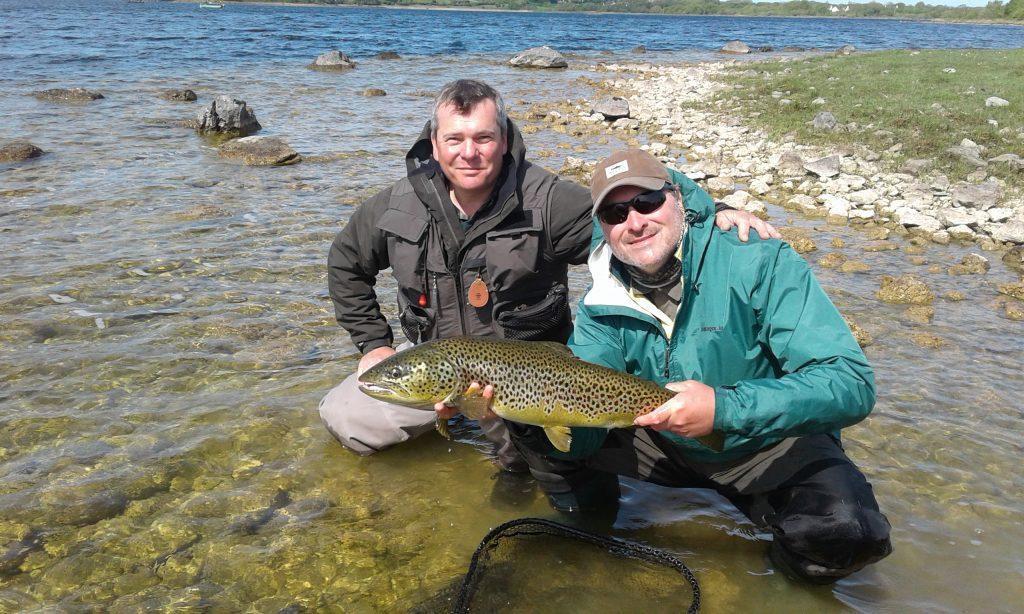 Bob Clark & Jonathan Lee met de schitterende acht ponds forel vlak voordat deze teruggezet werd. #cprsavesfish