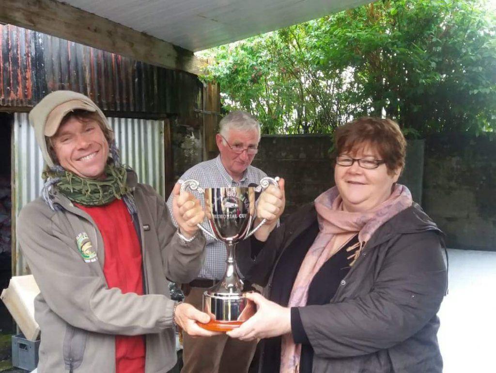 Tom Doc Sullivan ontving de Dr. Eamon Sullivan Cup uit handen van voorzitter Martin Kinneavy en zijn zuster Elizabeth.