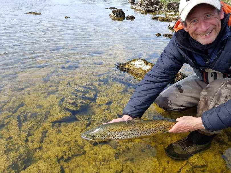 Tony zet zijn fraaie vangst terug. #cprsavesfish