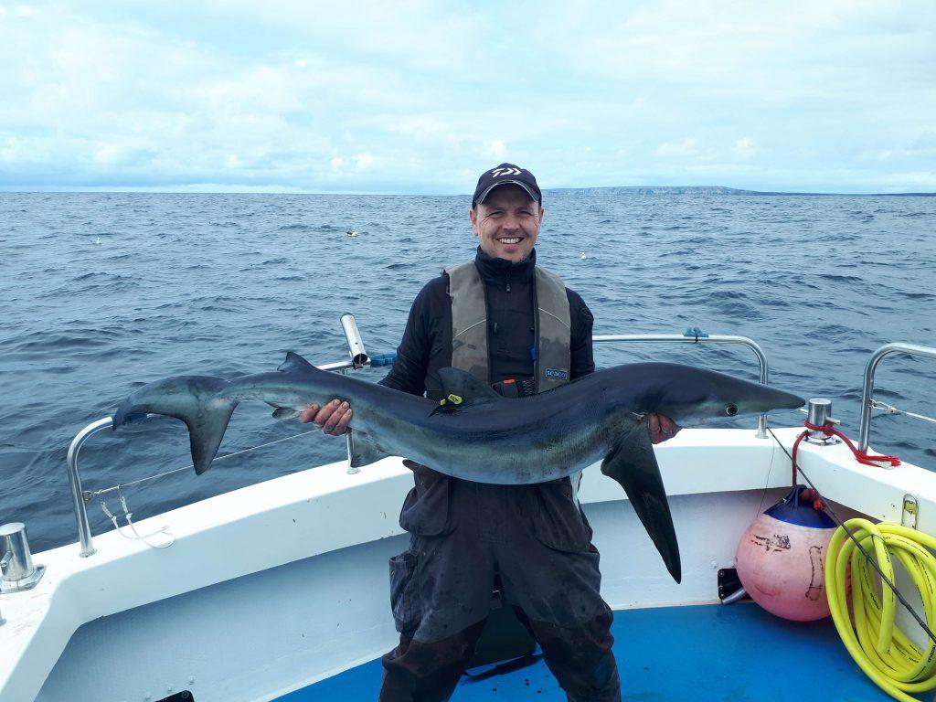 Michael Farrelly landde deze ruim 50 pond zware blauwe haai.