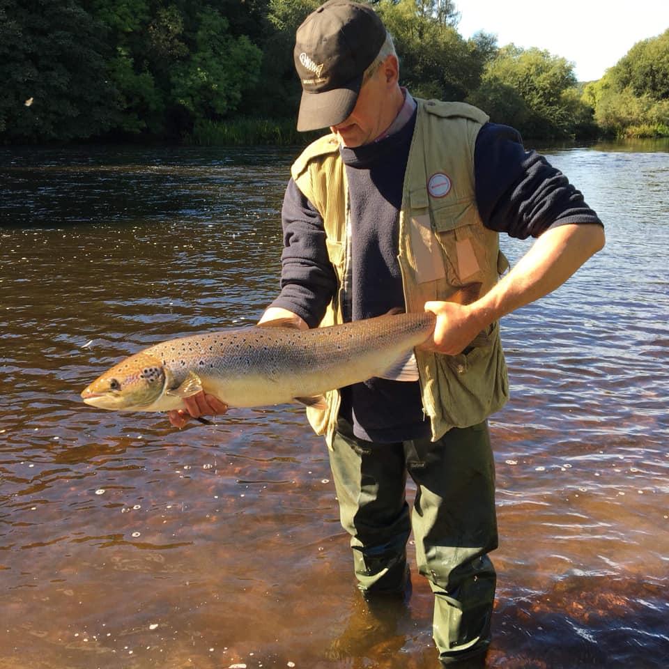 Snel wordt er een foto gemaakt en dan gaat de vis retour. #CPRsavesfish