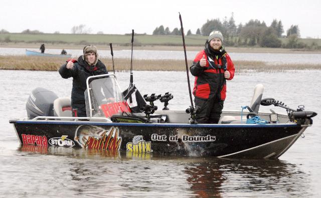 Een positief gebaar van Blaine Carbury aan de motor en Paddy Hannon.