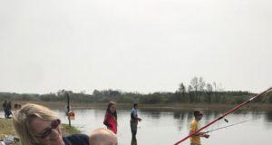 Sinead Keyes met haar zoon Dan die al jong ervaring op doet met het sportvissen.