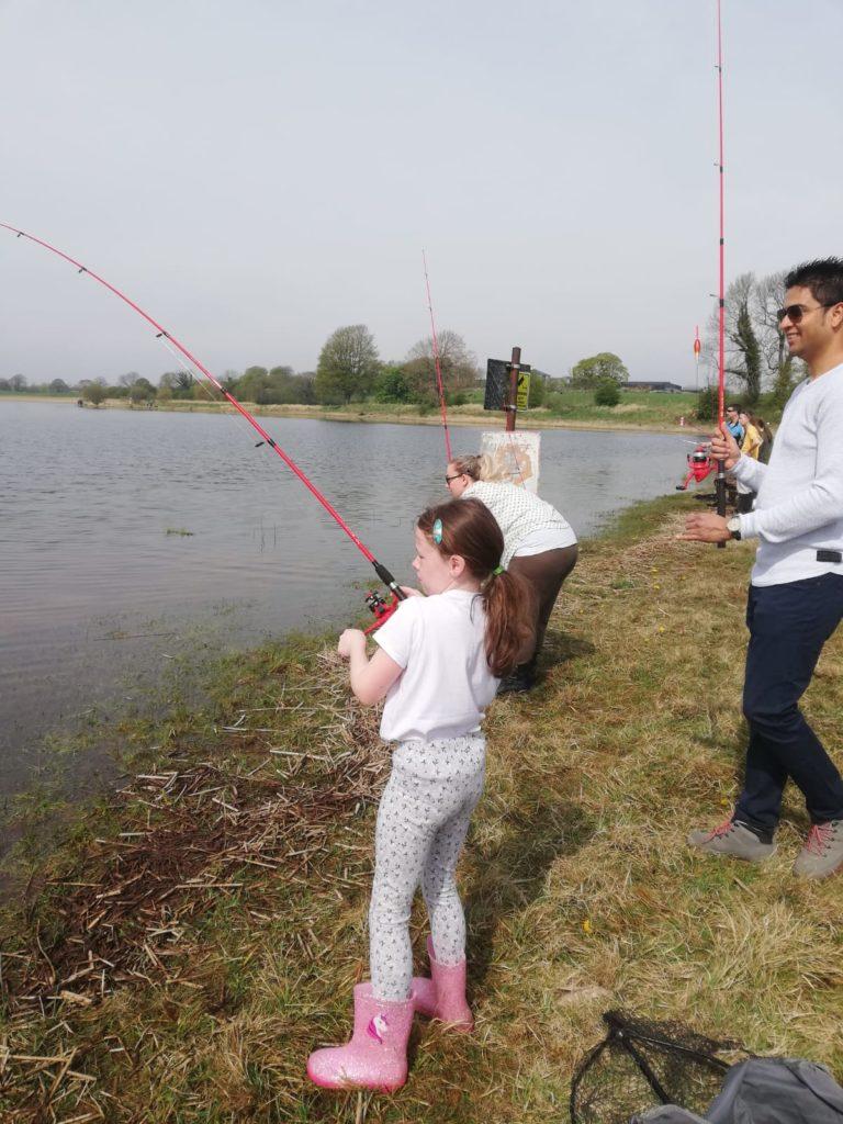 Zoe Ervine drilt een vis van een mooi formaat.